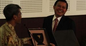 Fasli Jalal Terima Anugerah FK Unpad Award